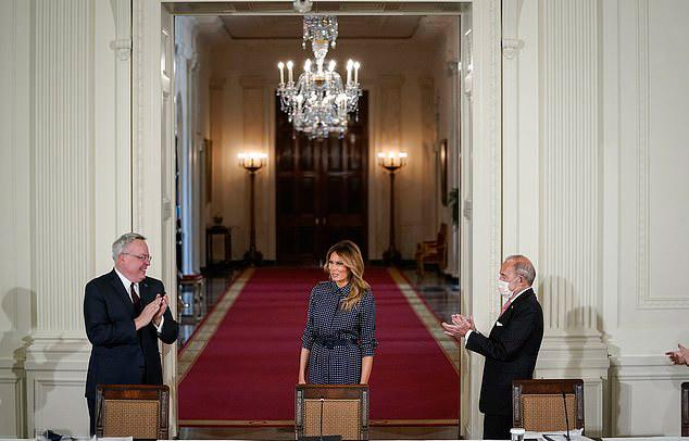 Мелания Трамп в черном платье с укороченными рукавами