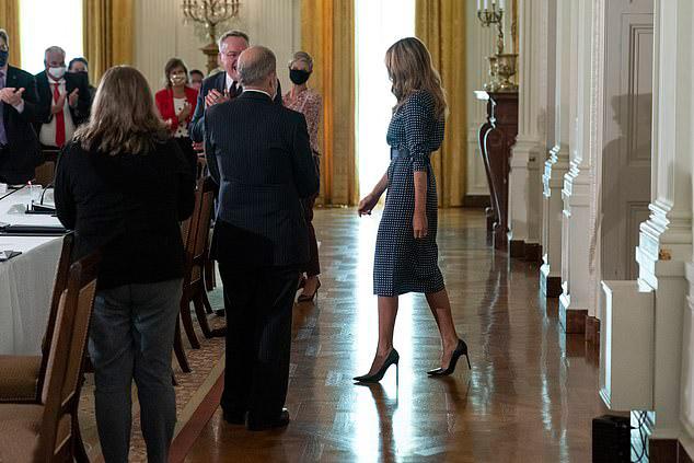 Мелания Трамп в платье в горошек и лодочках