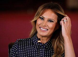 Мелания Трамп в строгом платье в горошек и классических туфлях выглядит изящно
