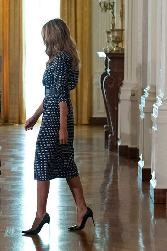 Мелания Трамп в черных лодочках и платье в белый горошек