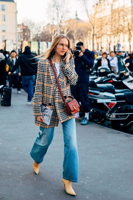Женственные образы с широкими джинсами на осень 2020
