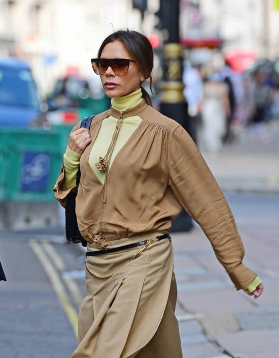Виктория Бекхэм в неоновой водолазке и коричневой блузе