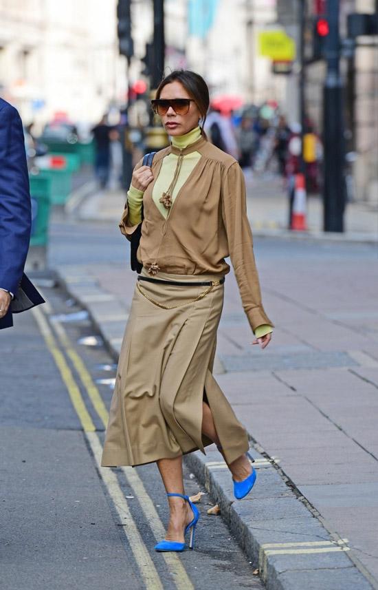 Виктория Бекхэм в юбке миди и синих туфлях