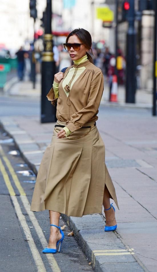 Виктория Бекхэм в юбке с разрезами по бокам и водолазке