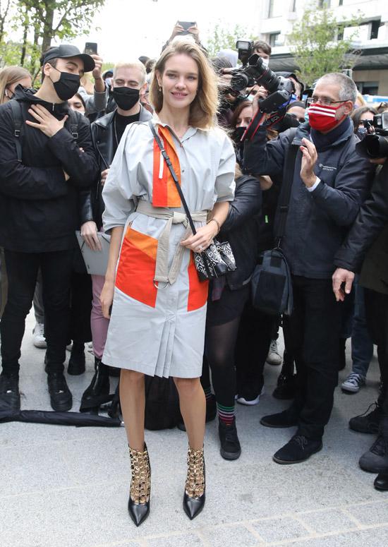Наталья Водянова в платье-рубашке, ботильонах и с дорогой сумкой