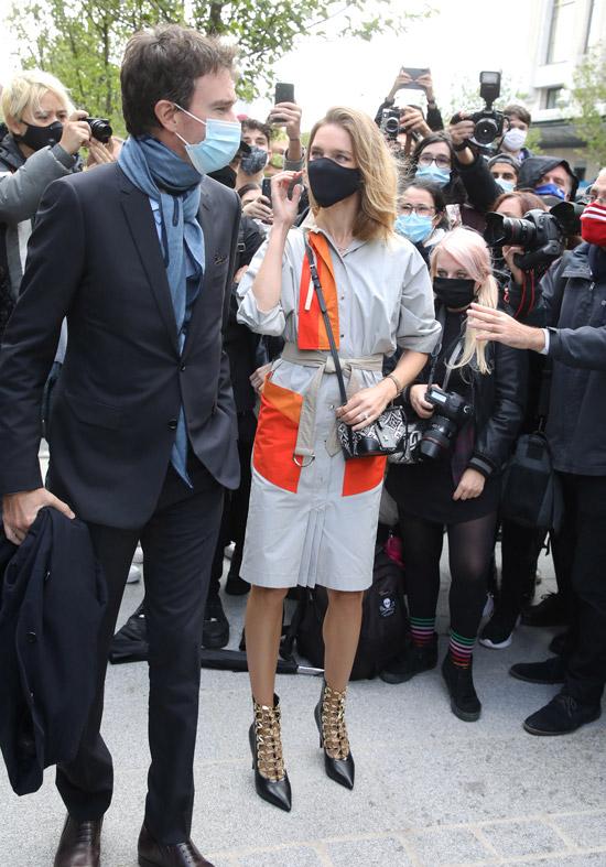 Наталья Водянова в ярком платье, ботильонах на шпильке и дорогой маске