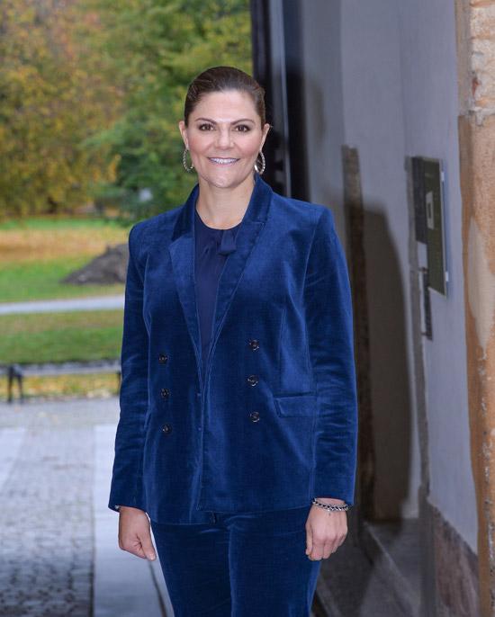 Принцесса Швеции в синем костюме и крупных серьгах
