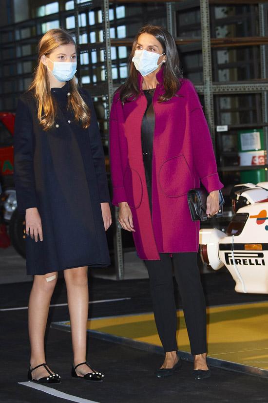 Королева Испании в красном пальто и кожаной блузке