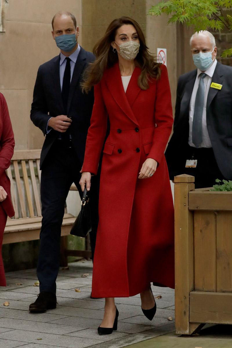 Кейт Миддлтон в красном длинном пальто