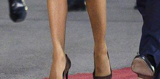 Брижит Макрон в бежевом пальто и коричневых лодочках с потертыми носками выглядит моложе своих лет