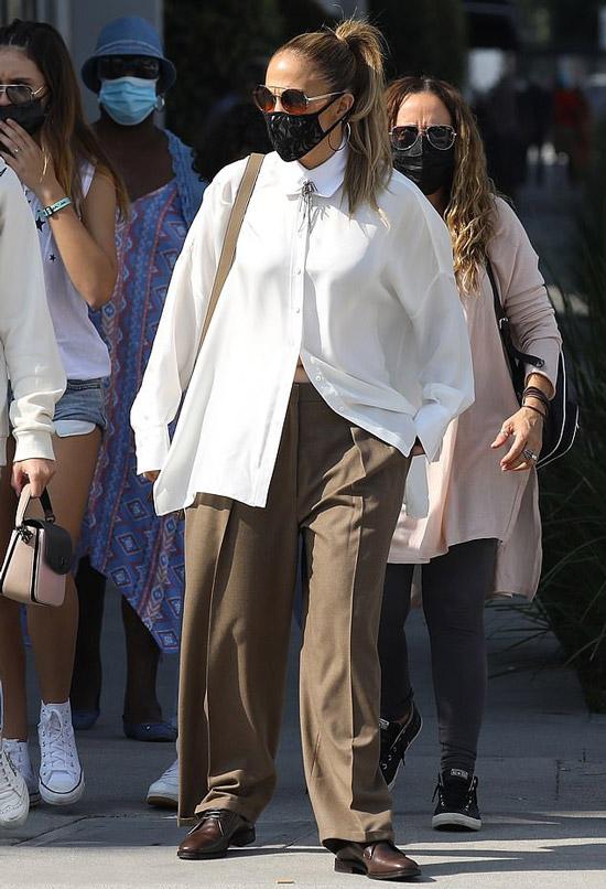 Дженнифер Лопес в огромных брюках и блузе