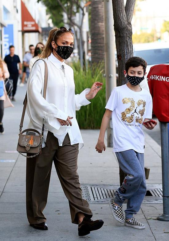 Дженнифер Лопес в коричневых туфлях и оверсайз брюках