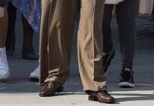 Дженнифер Лопес в не по размеру больших брюках и блузе разочаровала некоторых поклонников