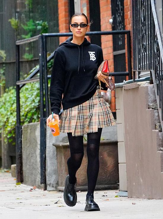Ирина Шейк в клетчатой юбке и черных ботинках