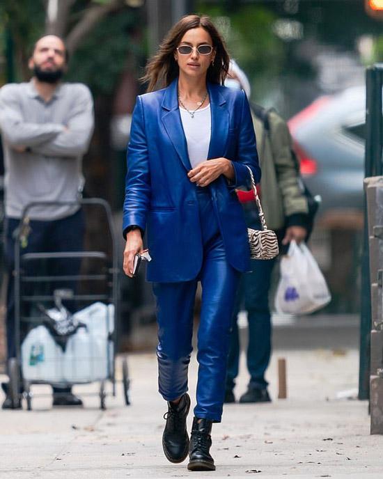 Ирина Шейк в синем кожаном костюме и черных ботинках