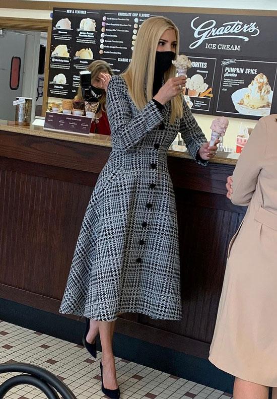Иванка Трамп в приталенном пальто и синих потертых туфлях