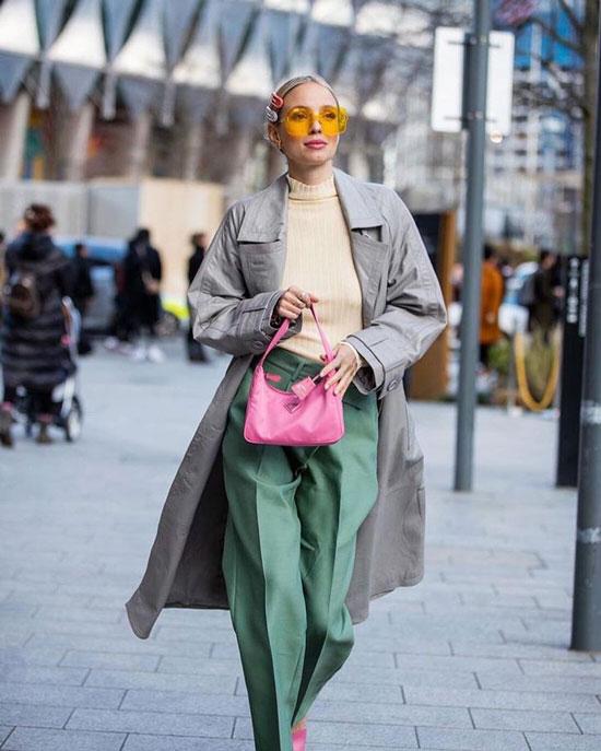 Серое пальто с яркими брюками на осень 2020