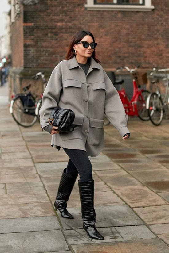 Серая куртка с высокими сапогами и скинни-джинсами