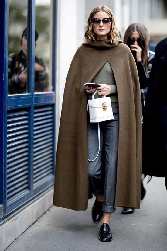 Серые брюки с оливковой водолазкой и пальто хаки