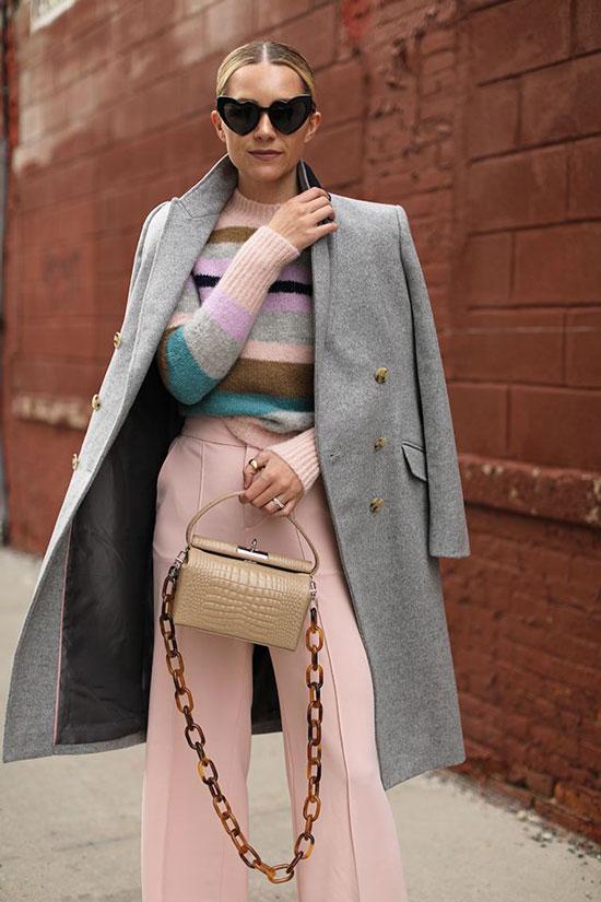 Серое пальто с персиковыми брюками