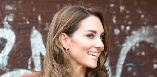 Кейт Миддлтон в эффектном длинном пальто и удобных туфлях привлекает внимание фанатов