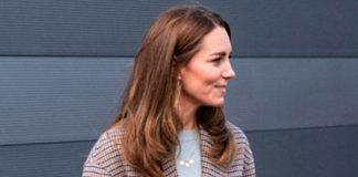 Кейт Миддлтон в свитере, клетчатом пальто из масс-маркета и дорогих туфлях