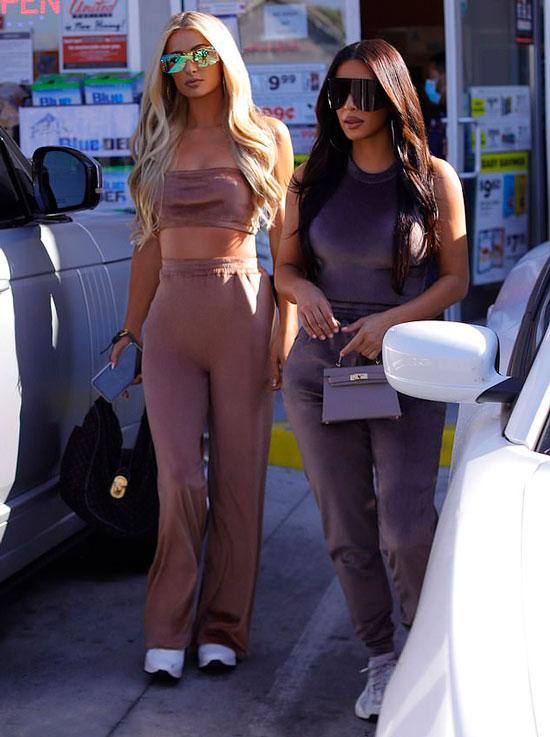 Ким Кардашьян в спортивном костюме и с дорогой сумкой