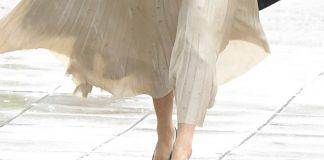 Королева Летисия в классических лодочках и плиссированной юбке всего за 90 евро