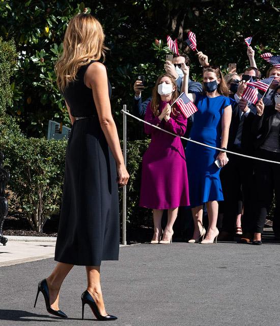 Мелания Трамп в черном изящном платье и лабутенах
