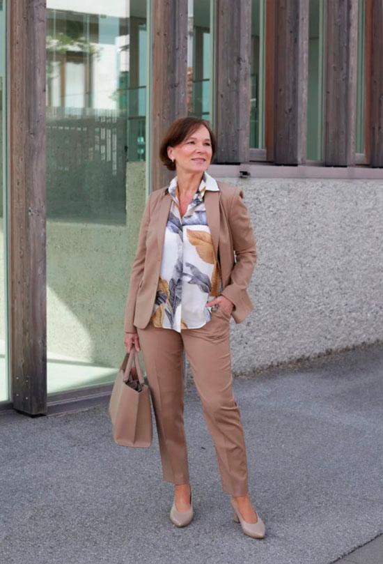 Как носить костюм женщине 50 лет осенью 2020