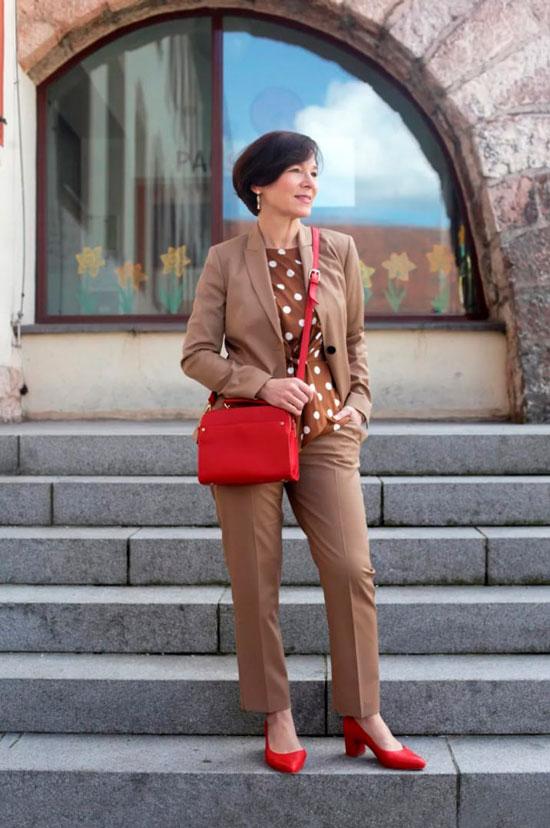 Бежевый брючный костюм на осень 2020 для женщин за 50