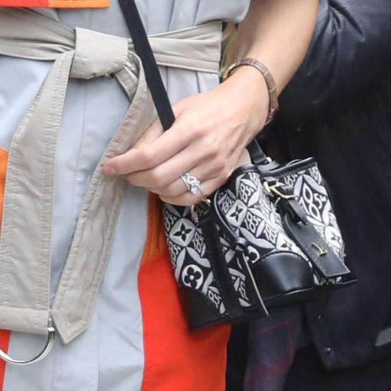 Наталья Водянова в ярком платье и с дорогой сумкой Louis Vuitton
