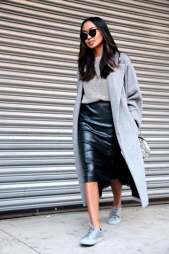 Кожаная юбка-карандаш с джемпером и кроссовками