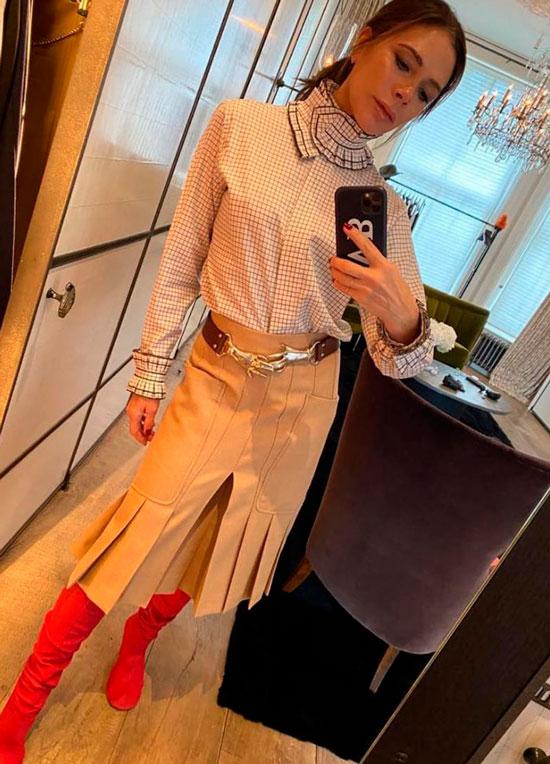 Виктория Бекхэм в блузке, кюлотах и красных сапогах