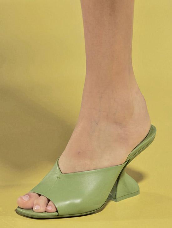 Зеленые мюли со скульптурным каблуком от Salvatore Ferragamo