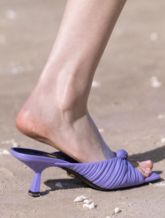 Фиолетовые мюли со скульптурным каблуком от Versace
