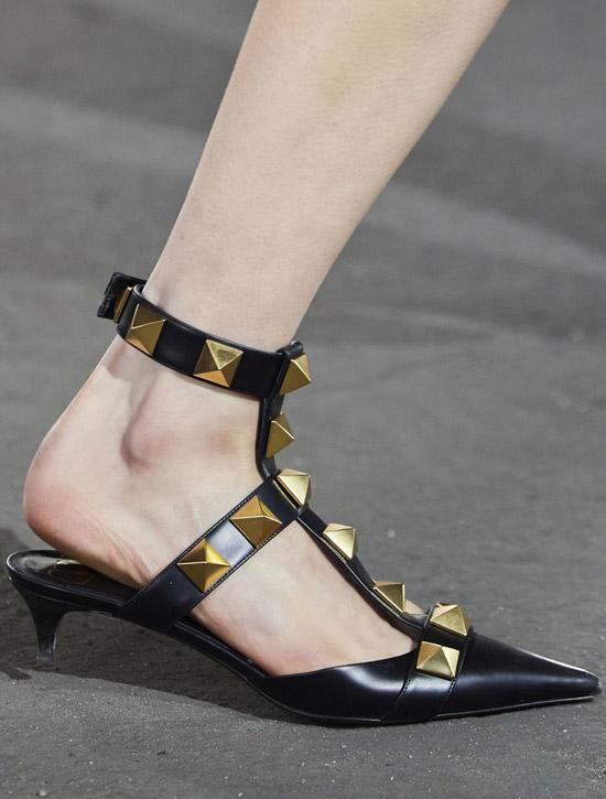 Низкие черные туфли от Valentino