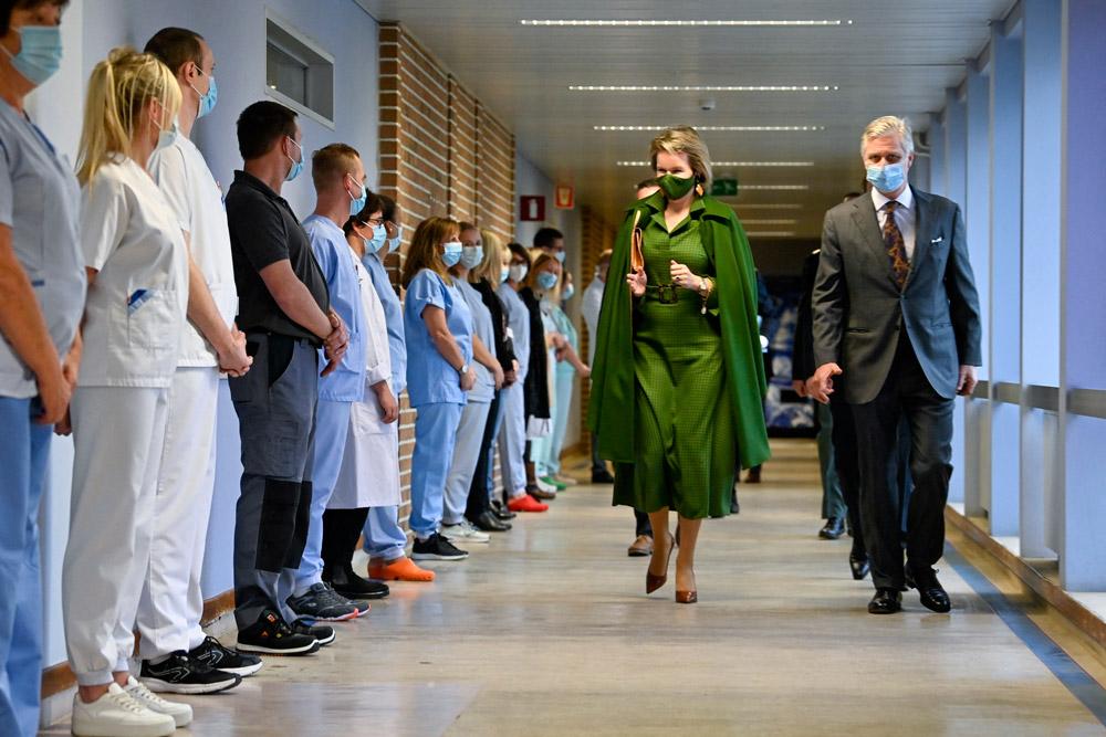 Королева Бельгии в зеленом платье в клетку и кейпе