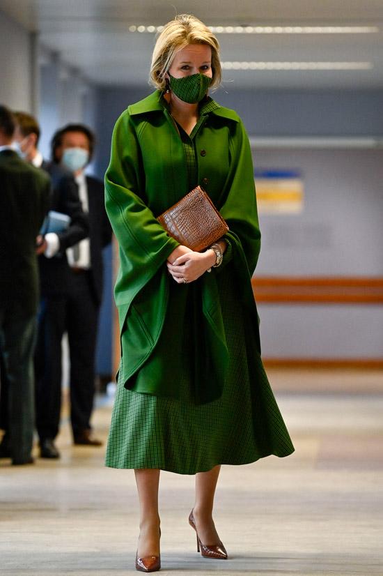 Королева Бельгии в зеленом платье в клетку