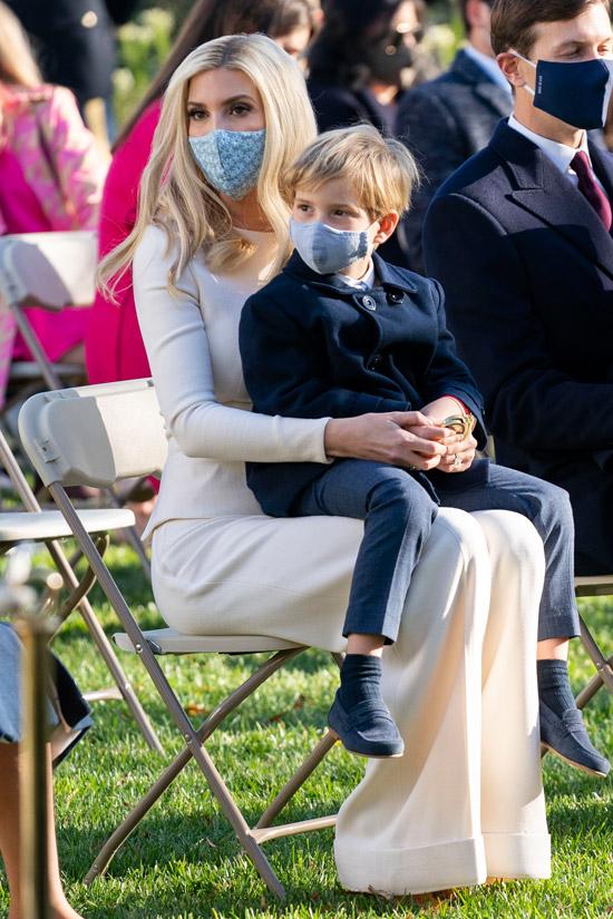 Иванка Трамп в белой блузе и широких брюках