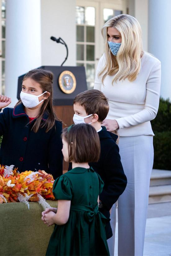 Иванка Трамп в белой блузе и белых брюках