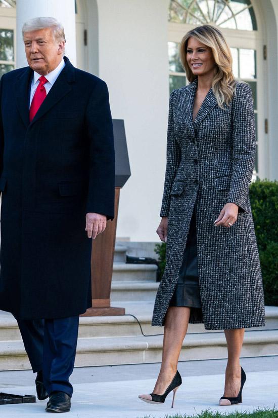 Мелания Трамп в твидовом пальто и кожаной юбке