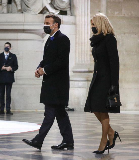 Брижит Маркон в черном изящном пальто