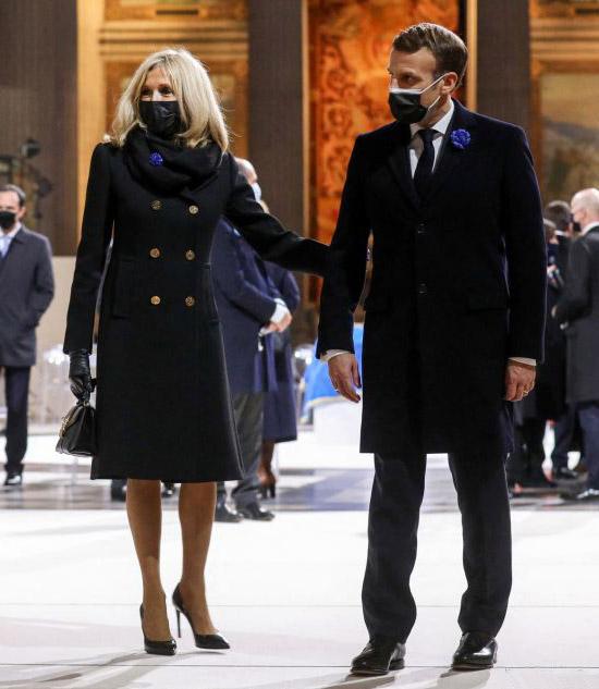 Брижит Маркон в пальто с золотыми пуговицами