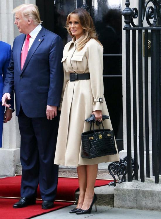 Мелания Трамп в светлом пальто с поясом