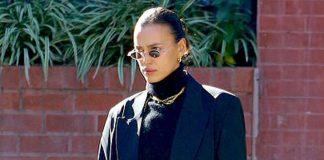 Ирина Шейк в костюме и черном свитере выглядит как настоящая жительница Нью-Йорка