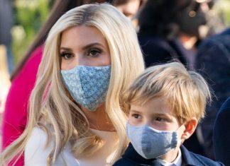 Иванка Трамп в кремовых брюках в пол и маске с ромашками выделилась среди гостей
