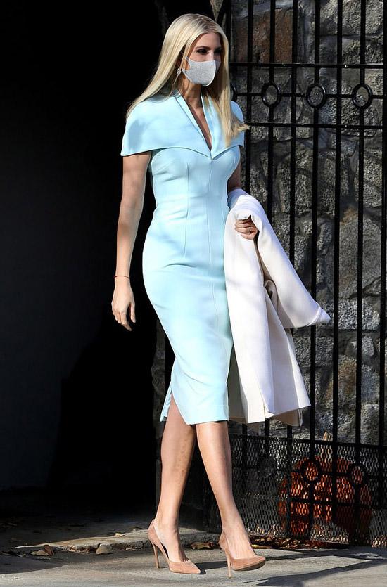 Иванка Трамп в голубом платье и лодочках