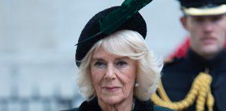 Английская герцогиня в пальто в стиле милитари, удобных замшевых сапогах и перчатках