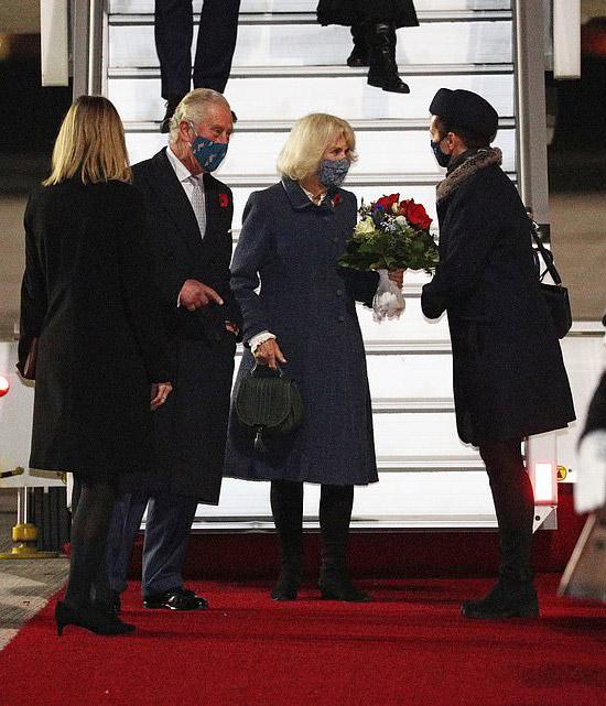 Герцогиня Камилла с зеленой сумкой